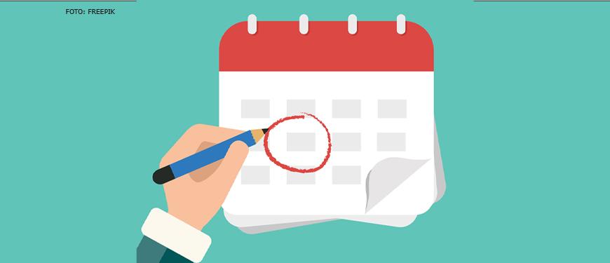 Ilustração com fundo verde e ao centro um grande calendário de cabeçalho vermelho e página branca com o desenho de uma mão utilizando um lápis azul para fazer uma marcação no calendário.