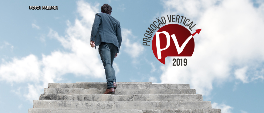 Homem de terno azul subindo uma escada que avança para o alto, rumo ao céu. Ao lado está uma arte relativa à Promoção Vertical 2019.