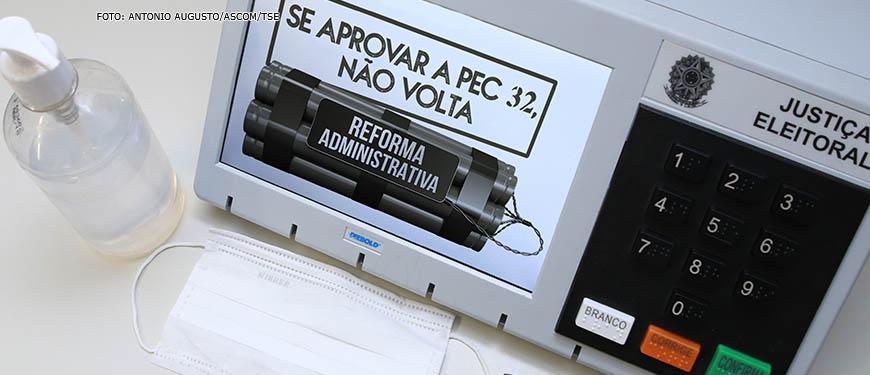 Urna eletrônica com a aplicação digital da seguinte frase na tela do equipamento: Se aprovar a PEC 32, não volta.