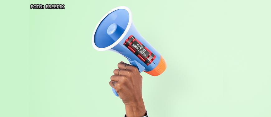 """Fundo verde claro e mão de uma pessoa de pele negra segurando ao alto um megafone que tem em sua lateral uma ilustração de uma dinamite com a frase """"Reforma Administrativa""""."""