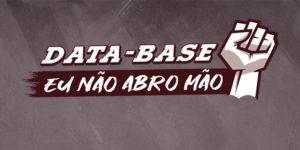 Ilustração de fundo cinza com um punho cerrado para o alto com o conteúdo textual escrito em cor branca: Data-Base, eu não abro mão.