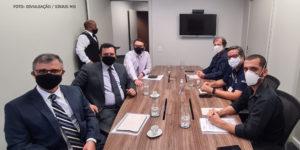 Representantes do TJMG sentados em um lado da mesa e dirigentes do SINJUS, Serjusmig e Sindojus/MG de outro durante reunião sobre pauta de reivindicações