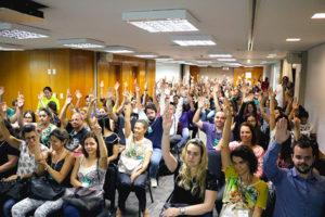 Servidores votando com as mãos ao alto decidem realizar ato imediato na Presidência do TJMG.